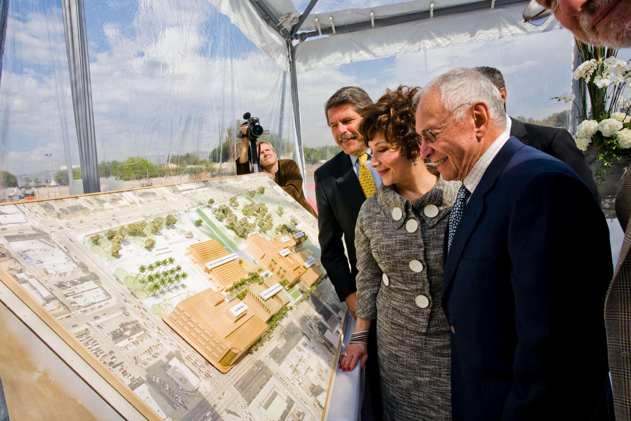 County Supervisor Zev Yaroslavsky with Lynda and Stewart Resnick, press conference for the Lynda and Stewart Resnick Exhibition Pavilion, 2008