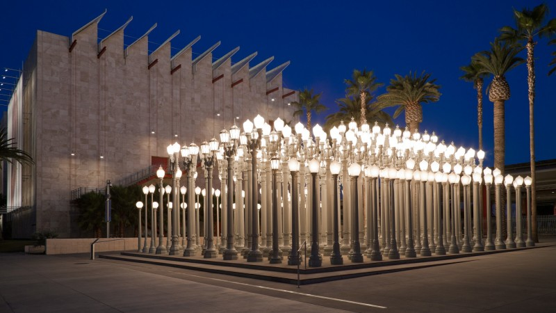 Chris Burden, Urban Light, 2008, Los Angeles County Museum of Art, Urban Light is made possible by Willow Bay and Bob lger, and is open 24 hours a day thanks to their generosity. Special thanks to the Brandon-Gordon family for their founding support of the 2008 installation, © Chris Burden/licensed by The Chris Burden Estate and Artists Rights Society (ARS), New York, photo © Museum Associates/LACMA